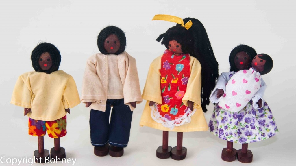 Kit Bonecos Familia Negra com bebê - BOHNEY